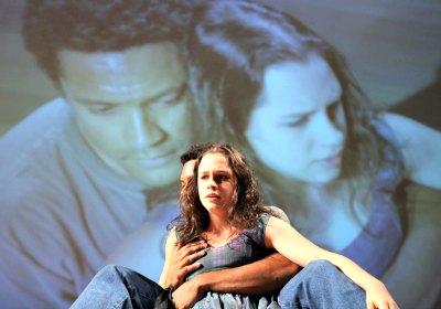Julia Bernat e Rodrigo dos Santos dirigidos por Jatahy